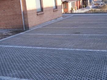 Mindre parkeringsplads med græsarmering